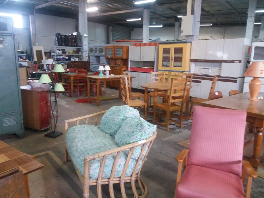 Le rayon meubles à Emmaüs Paray le Monial